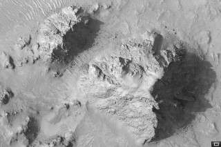 HiRISE Camera Shows Mojave Crater Peak is High and Dry