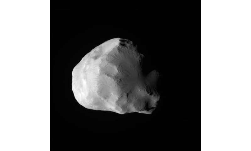 Cassini captures ice queen Helene