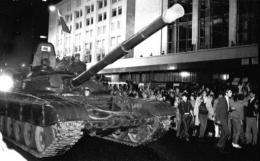 Soviet Army tanks drive towards the Russian White House in central Moscow early on August 20, 1991