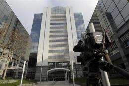 British police arrest 5 in tabloid bribery probe (AP)