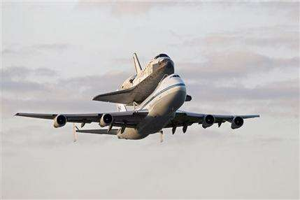 Space shuttle Discovery salutes nation's capital (AP)