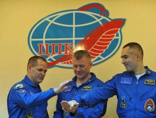 (L-R) US astronaut Kevin Ford and  Russian cosmonauts Oleg Novitskiy and Evgeny Tarelkin, pose October 22, 2012