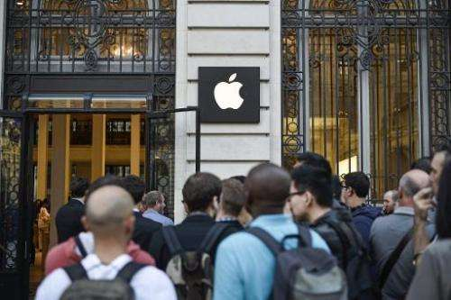 People wait in front of the Apple Store in Paris to buy the latest iPhone, the iPhone 6, on September 19, 2014 in Paris