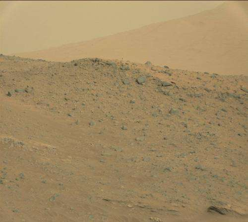 Curiosity rover peers at rocks of Mount Sharp