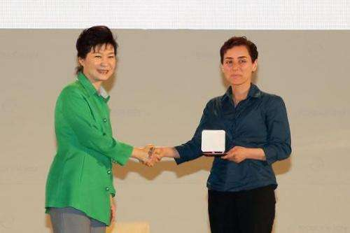 South Korean President Park Geun-Hye (L) gives the prize to Maryam Mirzakhani, at the awards ceremony for the Fields Medals, dur