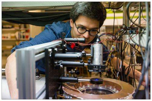 Quantum mechanic frequency filter for atomic clocks