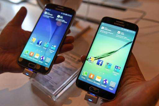 The new Samsung Galaxy S6 (L) and S6 Edge (R) during its launch by SingTel in Singapore on April 10, 2015