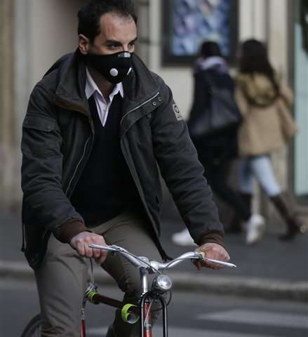 Choking on smog, Rome and Milan issue no-car day edicts