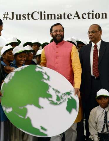 Indian school children present a symbolic globe to the Minister of Environment, Forest and Climate Change, Prakash Javadekar, du