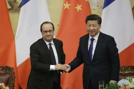 Chinese President Xi Jinping (R) with French President Francois Hollande in Beijing on November 2, 2015 ahead of a key climate c