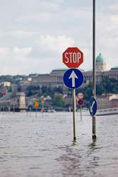 Simulation and modelling tool to help decision makers involved in large-scale crisis management