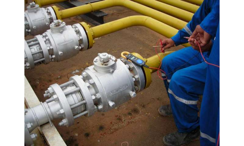 Software that locates real-time leaks in water, oil or gas pipes