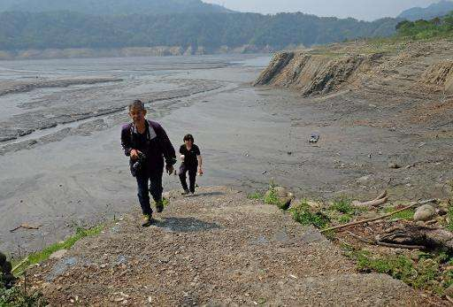 Tourists visit drought-affected Shihmen Dam in northern Taoyuan, Taiwan, on March 20, 2015