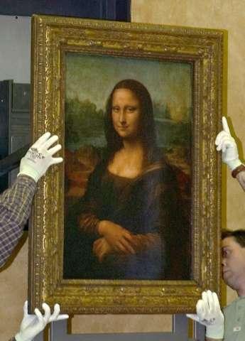 """Workers hang Leonardo Da Vinci's """"Mona Lisa"""" in the Louvre museum"""