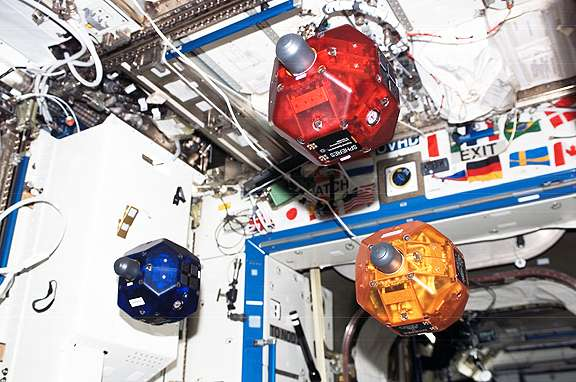 One-eyed robot learns to see in weightlessness