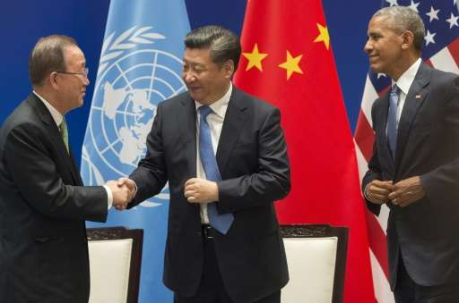 UN Secretary General Ban Ki-moon (L) shakes hands with Chinese President Xi Jinping (C) after the US and China formally joined t