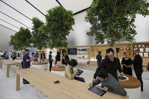 Apple's stores getting new look as other retailers struggle (Update)