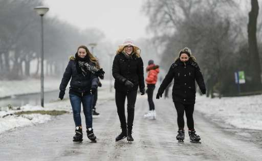 A warming climate and a lack of freezing winters are forcing Dutch skaters to turn to artificial ice rinks, but many see natural