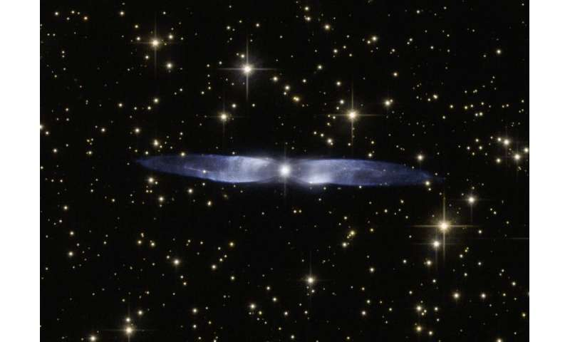 Hubble watches the icy blue wings of Hen 2-437