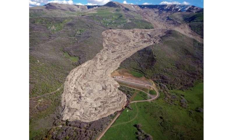 Vibrations make large landslides flow like fluid