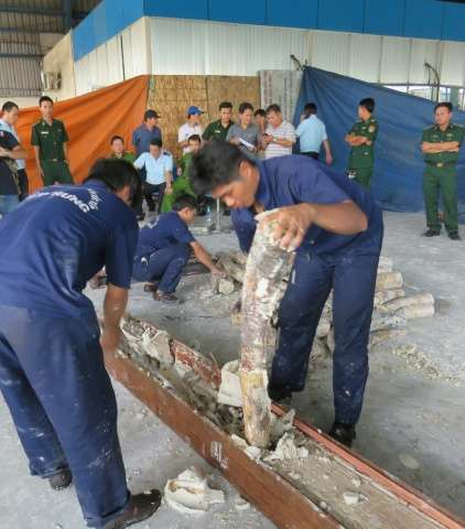 Vietnam customs officials have seized nearly one tonne of ivory hidden in a timber shipment from Kenya, the third major illegal