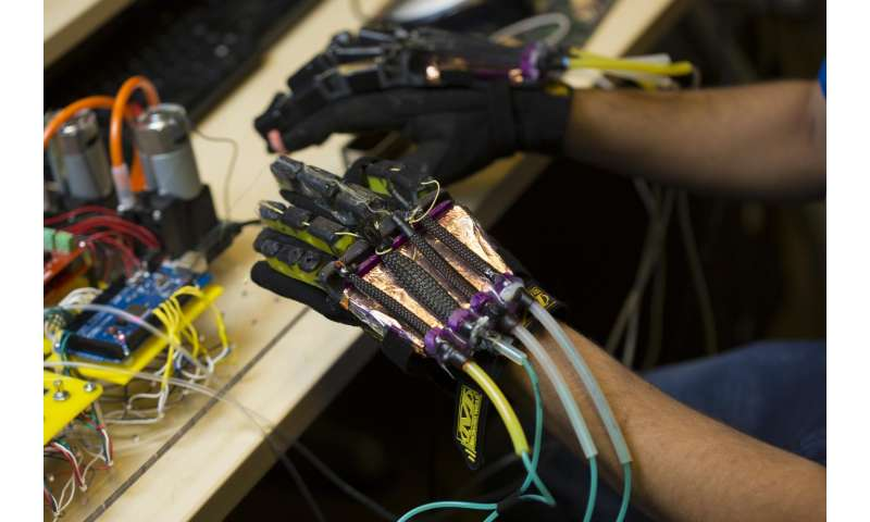 A glove powered by soft robotics to interact with virtual reality environments