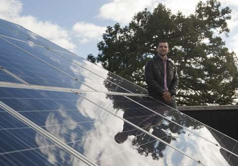 Electronic control to ensure photovoltaic systems always work at maximum power