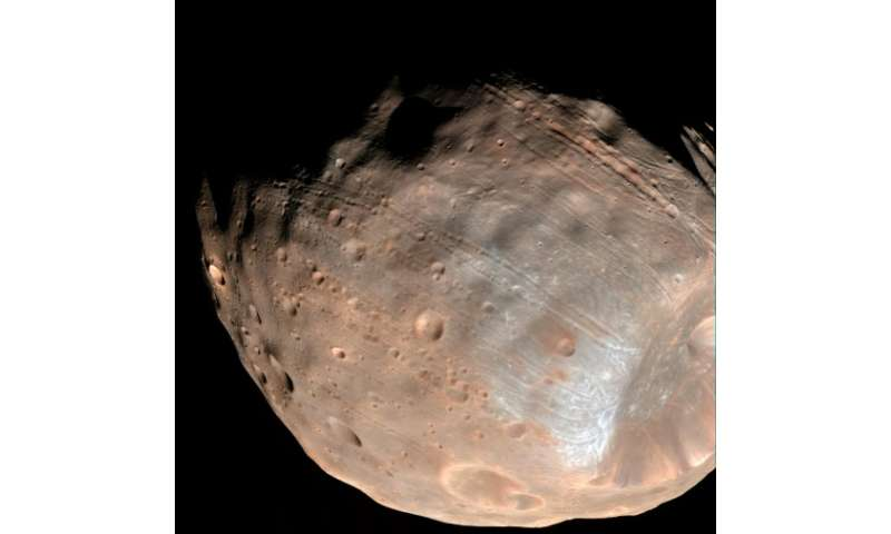Phobos is just 27 kilometres (17 miles) in diametre from end-to-end