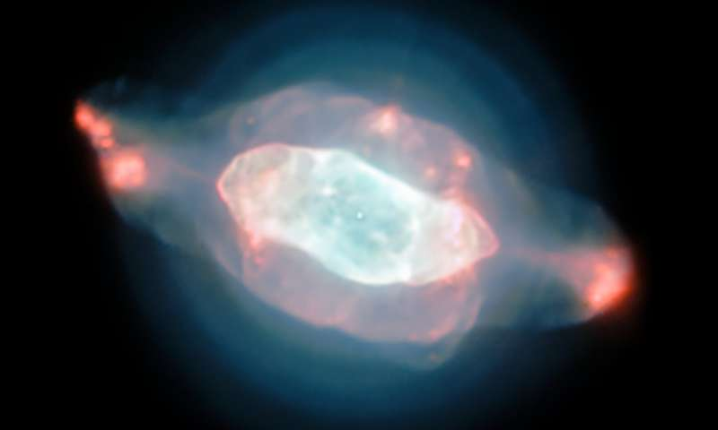 The strange structures of the Saturn nebula