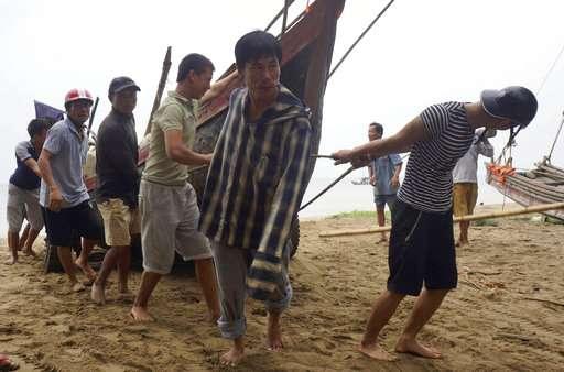 Typhoon Doksuri batters central Vietnam, killing 4
