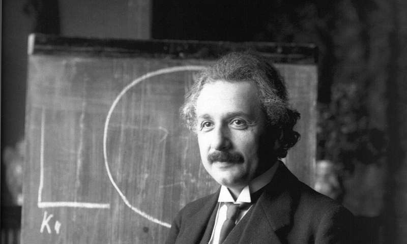 How Einstein's equivalence principle extends to the quantum world