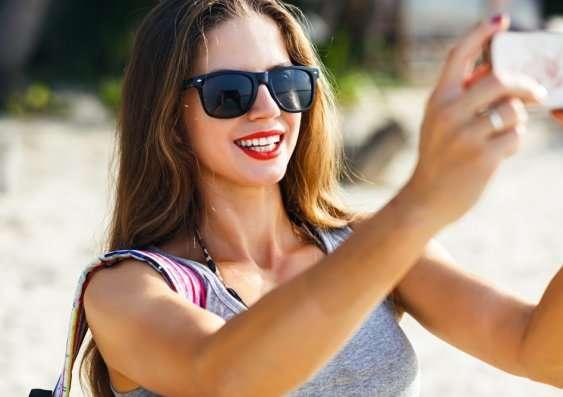 New study reveals why women take sexy selfies