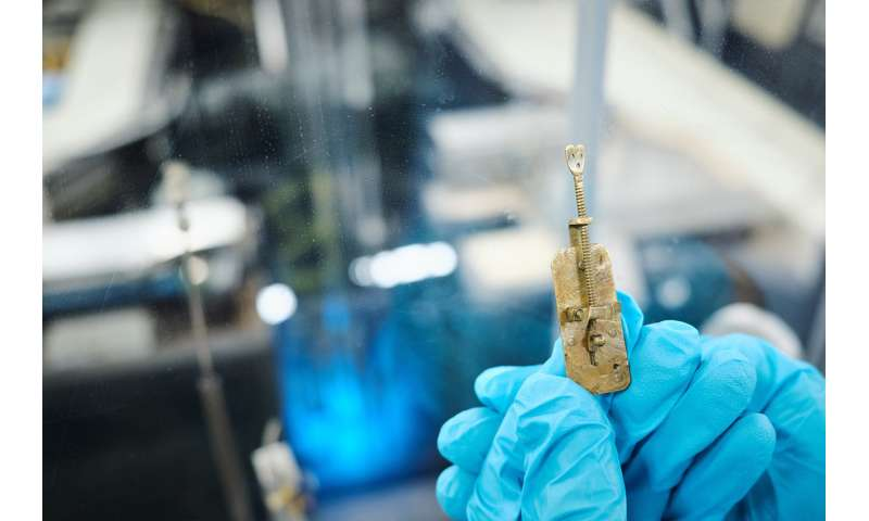 Mystery of superior Leeuwenhoek microscope solved after 350 years