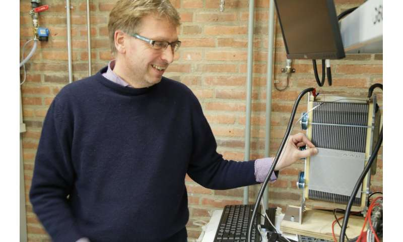 Simple grid increases fuel cell efficiency by over 30 percent