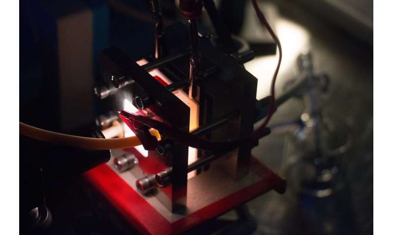 Device that integrates solar cell and battery could store electricity outside the grid