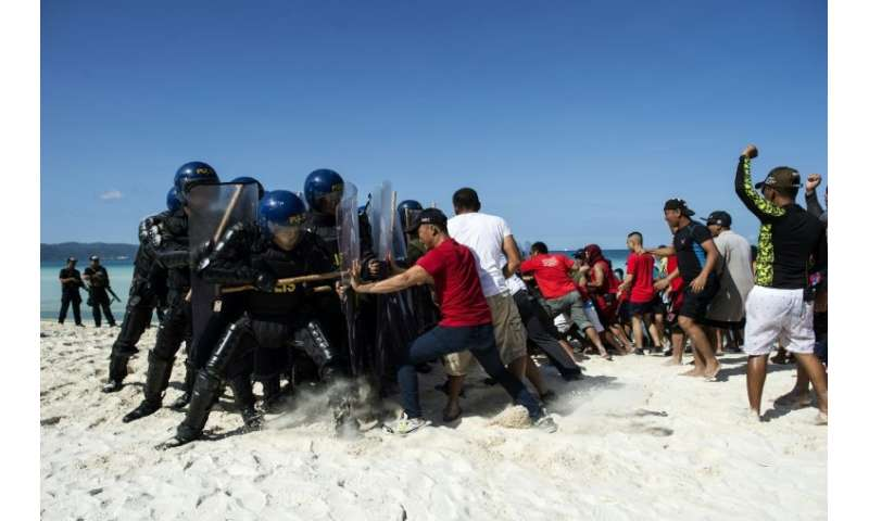 Mock protesters scuffle with anti-riot police in drills ahead of Boracay's  shutdown