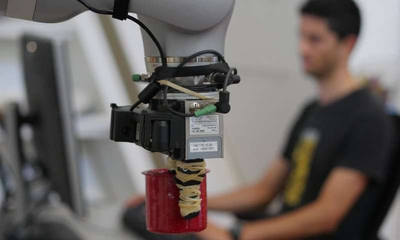 Robot can pick up any object after inspecting it