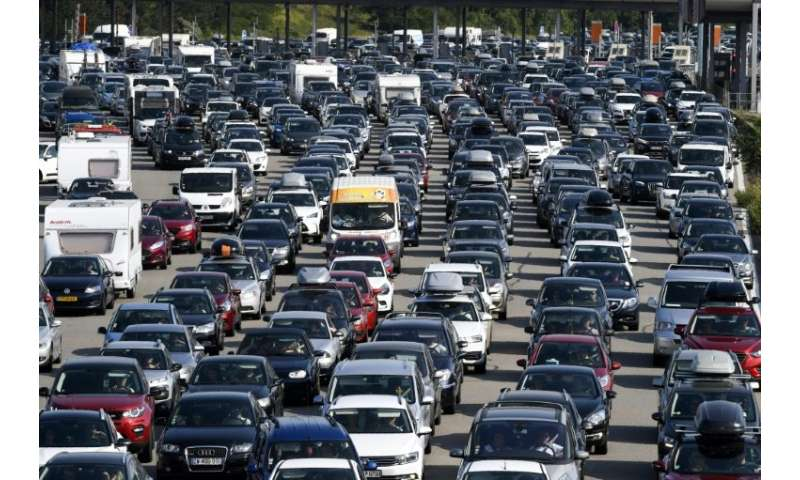 Tailbacks in scorching weather on the busiest day on French roads