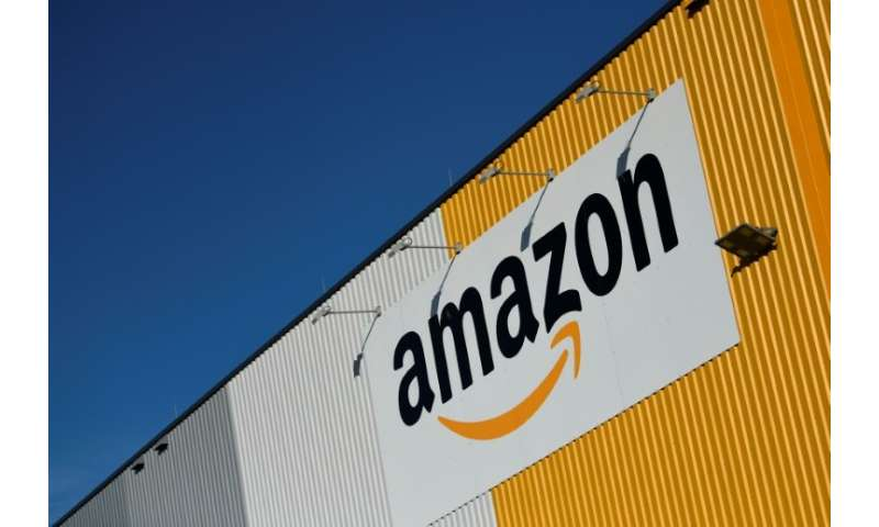 US online retail giant Amazon says names and email addresses of some customers have been exposed by a website glitch