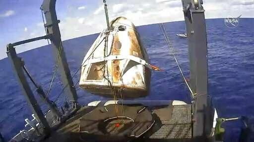 SpaceX crew capsule ends test flight with ocean splashdown