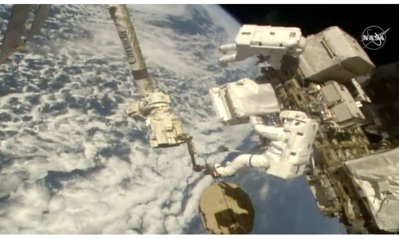 فضانوردان که در فضا سفر می کنند ، پمپ های جدیدی را به آشکارساز کیهانی اضافه می کنند