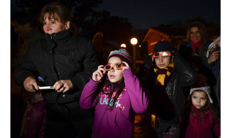 Thousands marvel as total eclipse darkens Chile, Argentina