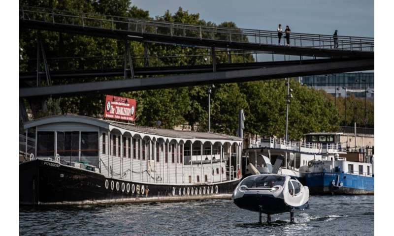 'Flying' river taxi tests Seine waters in Paris