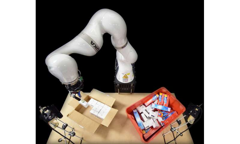 Artificial intelligence controls robotic arm to pack boxes and cut costs