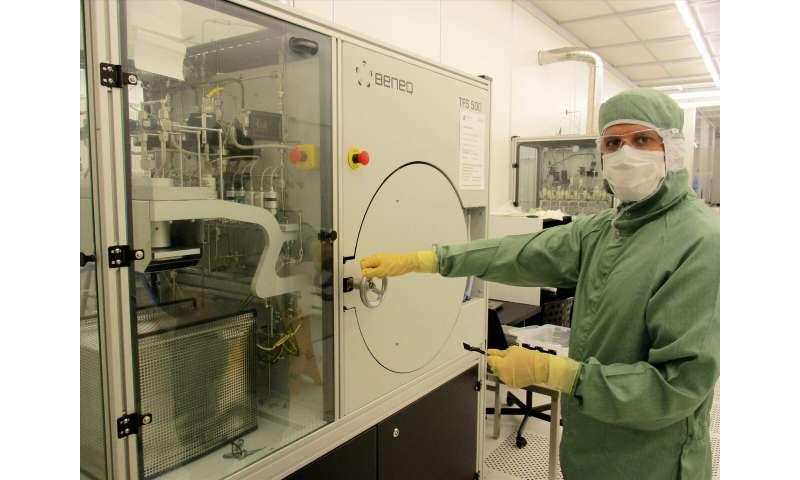 Breakthrough in photonics: data-transmitting light signal gets power boost from nanosized amplifier