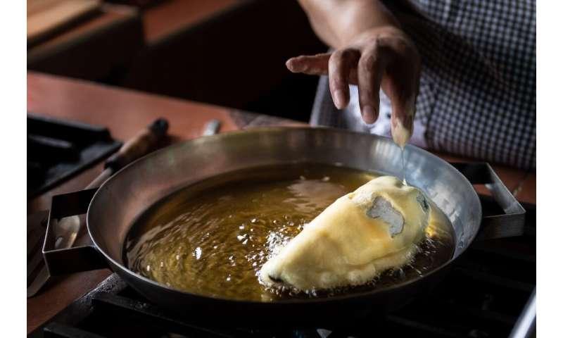 """Un chef prepara """"Chile en Nogada""""  en San Andrés Calpan, estado de Puebla"""