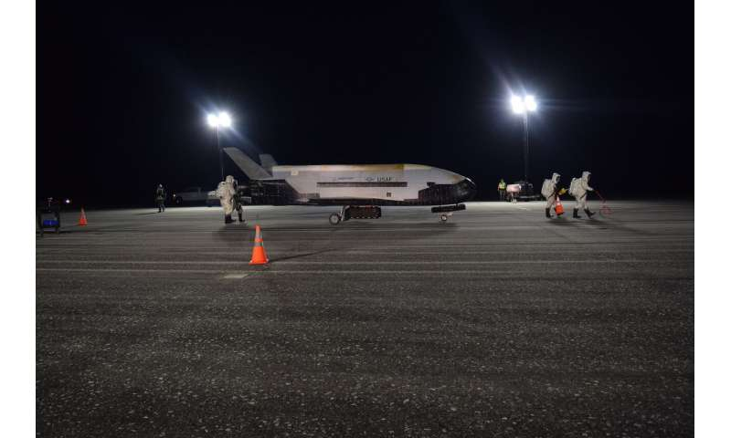 "The mysterious Air Force space plane lands, completes a 2-year mission ""at NASA Merritt Island in Brewer County, Florida, after a record two-year mission. (US Air Force via AP) </figcaption> </figure> </div> </div> <p>  The mysterious airplane of the Air Force returns to Earth after a record two-year mission. </p> <p>  The X-37B landed at NASA's Kennedy Space Center in Florida early Sunday. The Air Force is a mum for what the aircraft did in orbit after launching its SpaceX rocket in 201<div class="