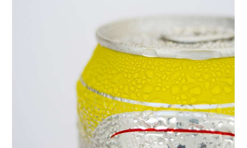 Does tapping your can of beer really keep it from fizzing all over you?