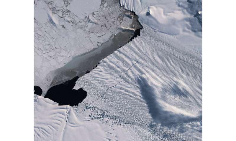 Emerging cracks in the Pine Island Glacier