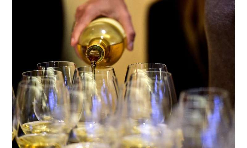 For professionals—winegrowers, oenologists, sommeliers, wine merchants—tasting wine means assessing its appearance, interaction